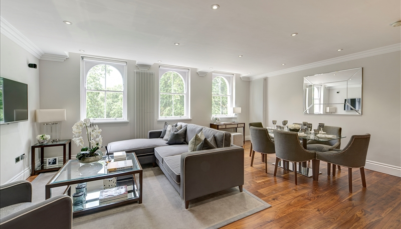 93fd2d72609cc4 Accommodation comprises superb reception room with generous floor to ceiling  sash windows overlooking Kensington Garden Square and a wall mounted plasma  ...